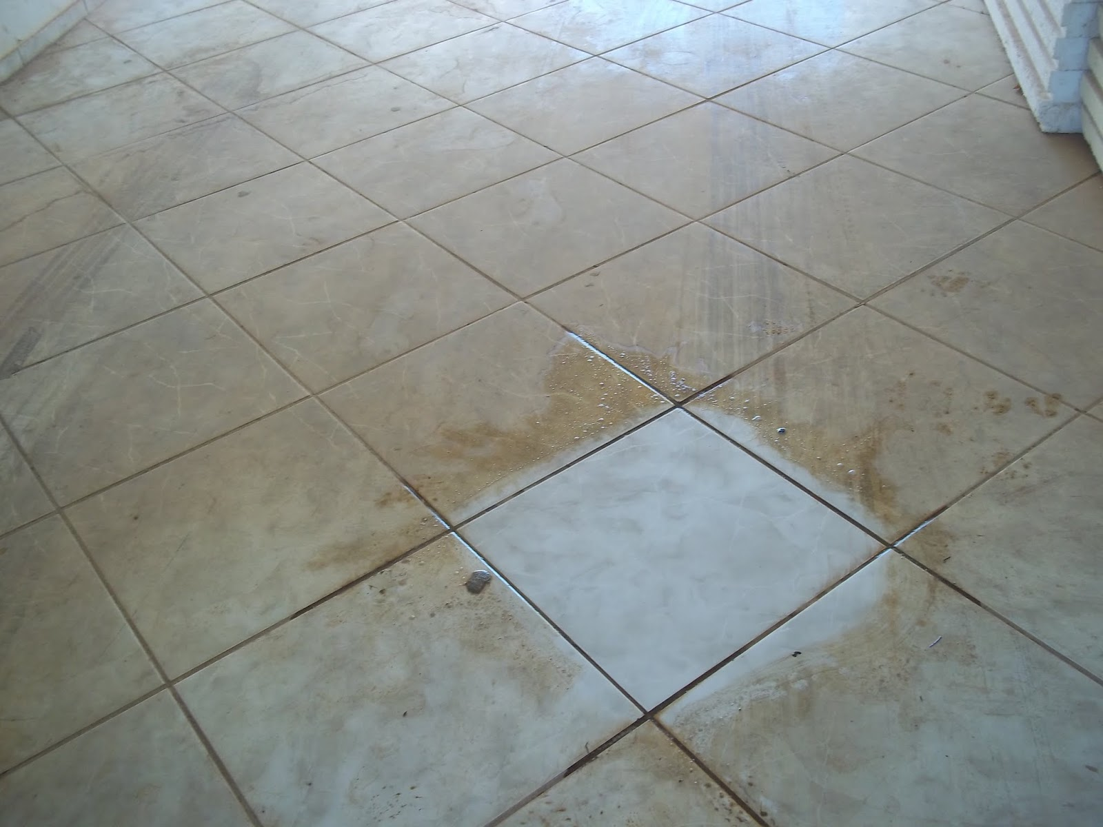 Limpando piso encardido Ideal Receitas #51687A 1600x1200 Banheiro Branco Como Limpar